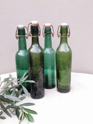 Mooie oude groene beugelflessen
