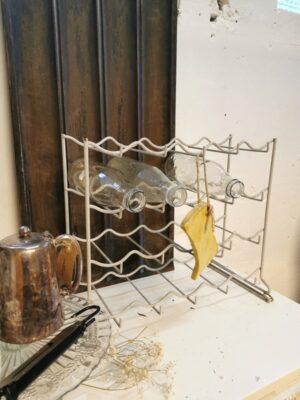 Brocante metalen flessenrek