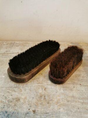 Twee oude Engelse schoenborstels. Deze borstels hebben een houten handvat en zijn voorzien van echt haar. Gekocht op de antiekmarkt in Engeland.